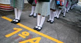 """MEXICO, D.F., 23AGOSTO2010.- Cientos de alumnas de la escuela secundaria para mujeres numero 8 """"Tomas Garrigue Mazarick"""", ubicada en la colonia San Pedro de Los Pinos, durante la ceremonia de bienvenida al nuevo ciclo escolar 2010-2011 esta manana. Miles de ninos alumnos de educacion basica (primaria y secundaria), regresaron este lunes 23 de agosto a clases en todo el pais.  FOTO: MISAEL VALTIERRA/CUARTOSCURO.COM"""
